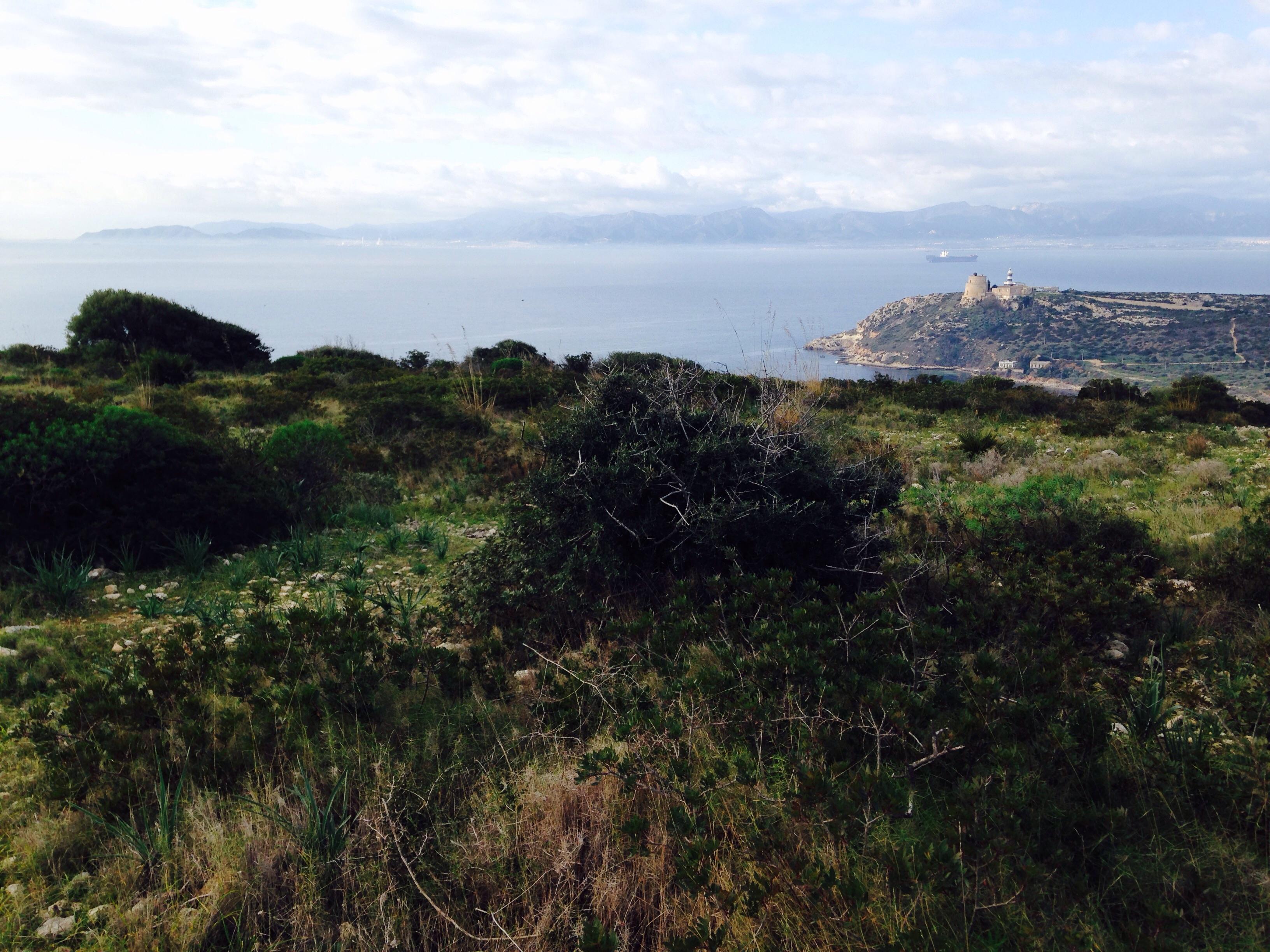 Il faro di Calamosca che guarda il golfo