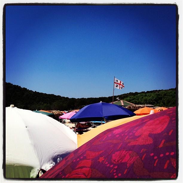 Spiaggia  #spiaggia #beach #ombrelloni #flag #bandiera  #sardegna #sardinia #italy #italia #hipstamatic #picoftheday #instagood #photooftheday #instamood #iphonesia #instaitalia  #igersardegna #igersitalia #poldo_