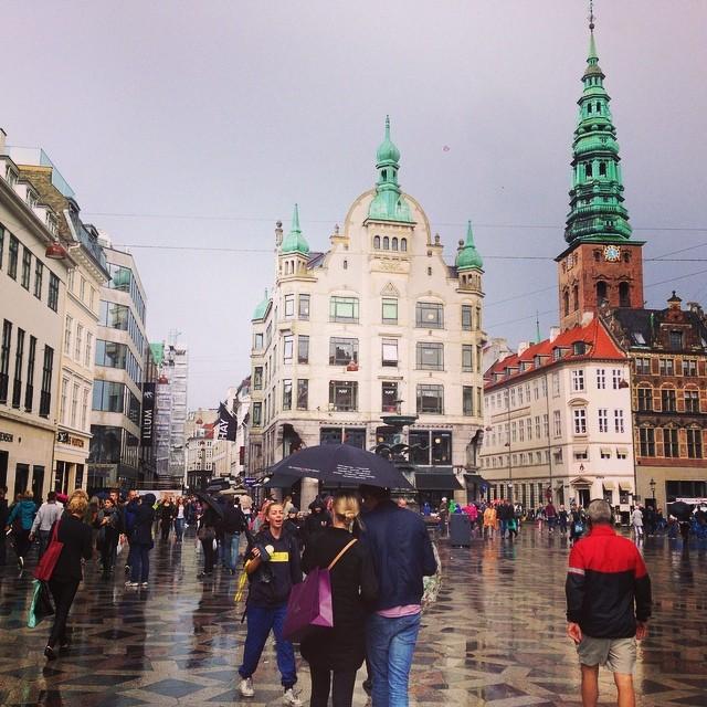 Umida ma carina.  #copenhagen #danmark #city #rain #hipstamatic #picoftheday #instagood #photooftheday #instamood #iphonesia  #poldo_